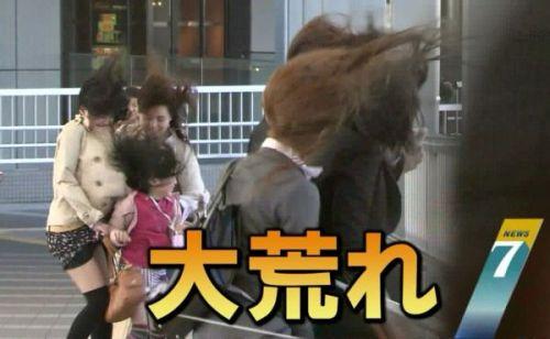 【画像】台風中継でびしょ濡れギャルや女子アナパンチラが丸見えだわwww 31枚 No.24