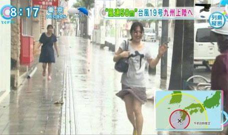 【画像】台風中継でびしょ濡れギャルや女子アナパンチラが丸見えだわwww 31枚 No.27