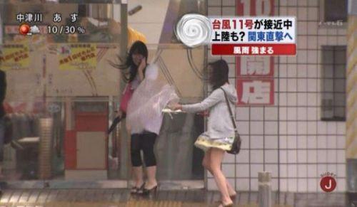 【画像】台風中継でびしょ濡れギャルや女子アナパンチラが丸見えだわwww 31枚 No.29