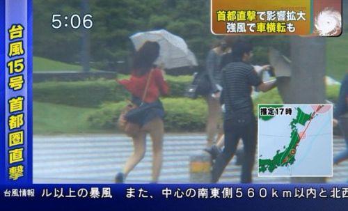 【画像】台風中継でびしょ濡れギャルや女子アナパンチラが丸見えだわwww 31枚 No.30