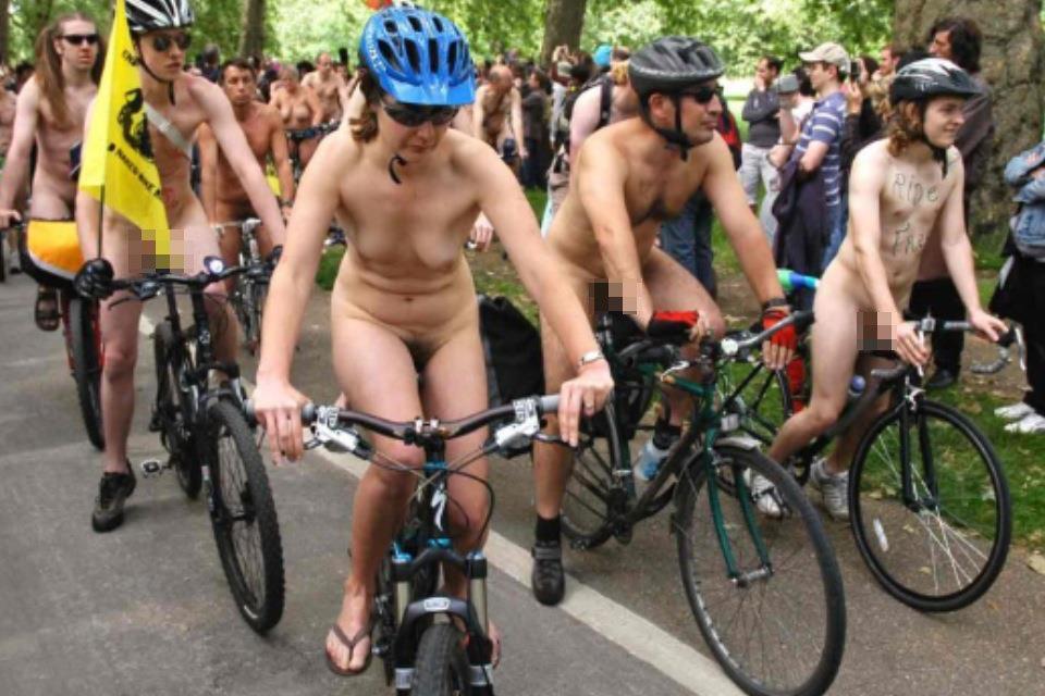 (写真)裸ノーパンで自転車を楽しむ外国人女性のまんこwww 46枚