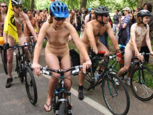 【画像】全裸ノーパンで自転車を楽しむ外国人女性のマンコwww 46枚 No.1