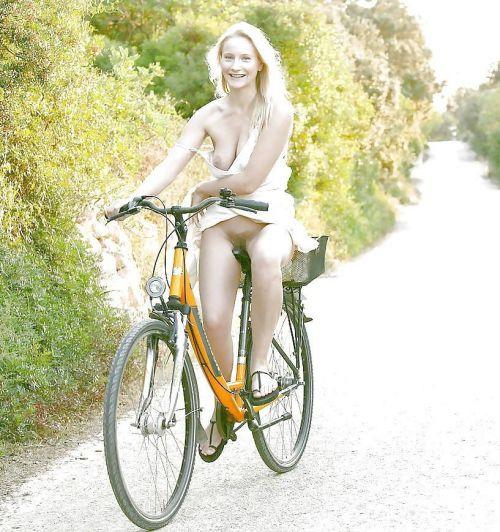 【画像】全裸ノーパンで自転車を楽しむ外国人女性のマンコwww 46枚 No.6