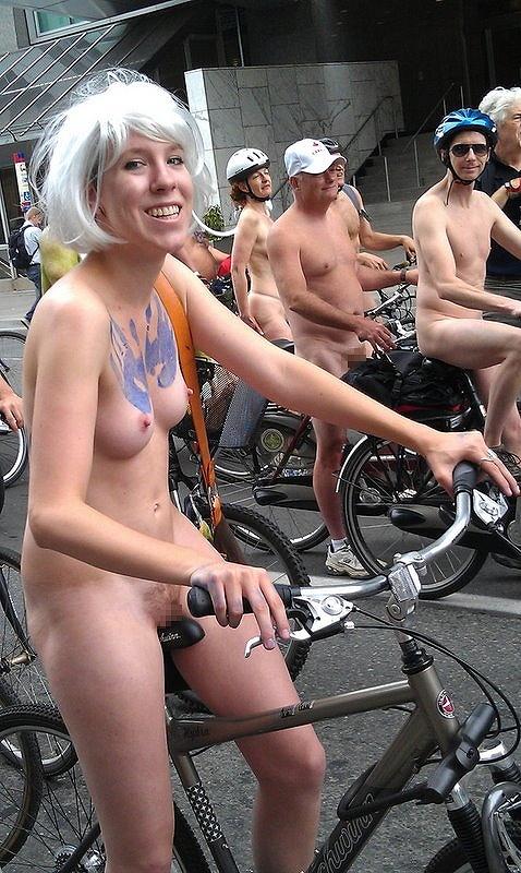 【画像】全裸ノーパンで自転車を楽しむ外国人女性のマンコwww 46枚 No.8