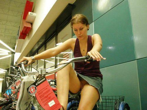 【画像】全裸ノーパンで自転車を楽しむ外国人女性のマンコwww 46枚 No.12