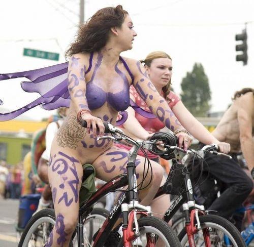 【画像】全裸ノーパンで自転車を楽しむ外国人女性のマンコwww 46枚 No.16