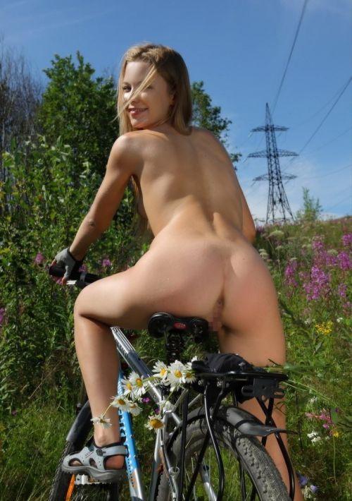 【画像】全裸ノーパンで自転車を楽しむ外国人女性のマンコwww 46枚 No.18