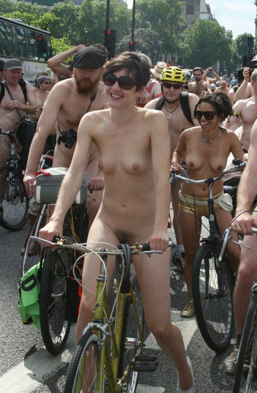 【画像】全裸ノーパンで自転車を楽しむ外国人女性のマンコwww 46枚 No.19