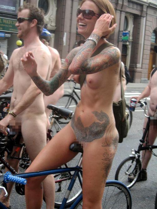 【画像】全裸ノーパンで自転車を楽しむ外国人女性のマンコwww 46枚 No.30