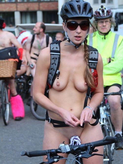 【画像】全裸ノーパンで自転車を楽しむ外国人女性のマンコwww 46枚 No.31