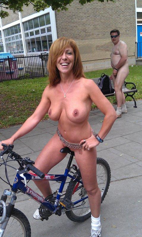 【画像】全裸ノーパンで自転車を楽しむ外国人女性のマンコwww 46枚 No.32