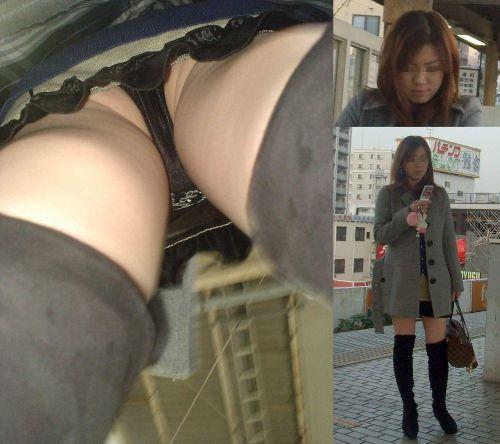 ニーソを履いた素人女性の太ももパンチラ絶対領域を逆さ撮りしたエロ画像 35枚 No.5