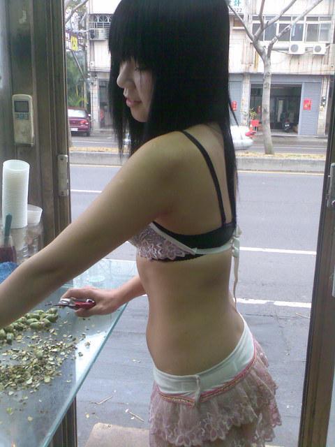 【台湾】エロい衣装を着たビンロウ売り少女のお尻を盗撮したエロ画像 44枚 No.9