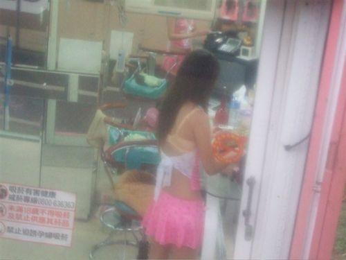 【台湾】エロい衣装を着たビンロウ売り少女のお尻を盗撮したエロ画像 44枚 No.10