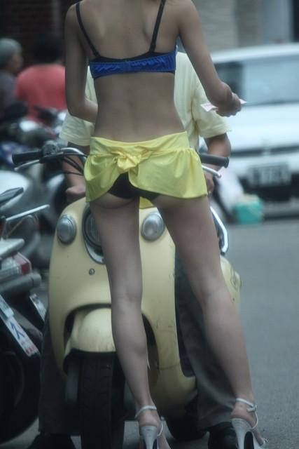 【台湾】エロい衣装を着たビンロウ売り少女のお尻を盗撮したエロ画像 44枚 No.43