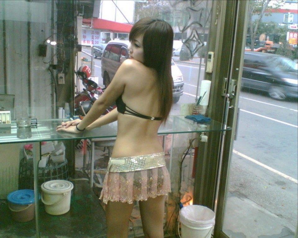 (台湾)えろい衣装を着たビンロウ売り10代小娘のお尻を秘密撮影したえろ写真 44枚