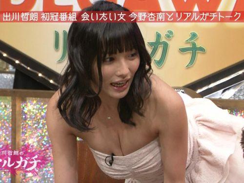 胸の谷間全開な美人芸能人達のお宝ハプニングエロ画像 31枚 No.1