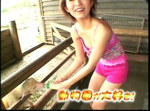 胸の谷間全開な美人芸能人達のお宝ハプニングエロ画像 31枚 No.17