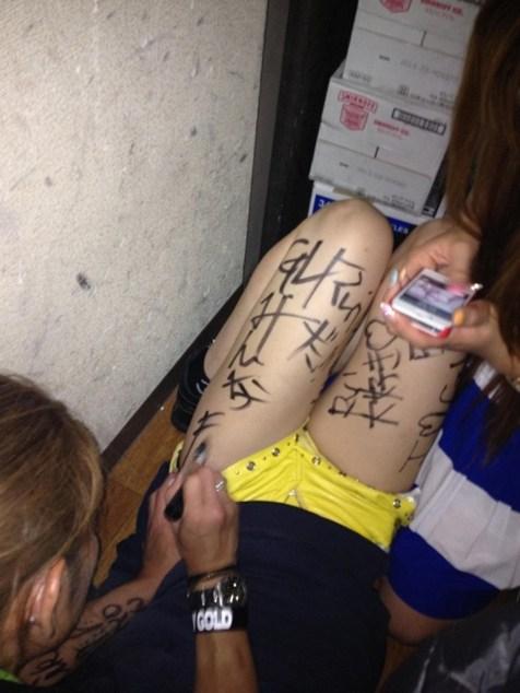 【画像】体中に落書きされて性奴隷・肉便器的扱いをされるドM女達www 31枚 No.15