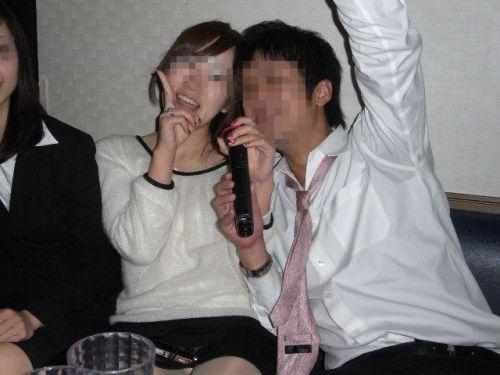 【画像】カラオケでパンチラしまくる素人ギャルの悪ノリがエロ過ぎwww 31枚 No.12