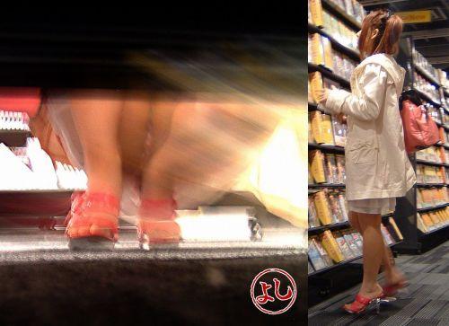 【画像】ビデオ店の棚下から素人ギャルのパンチラ盗撮した結果www 35枚 No.3