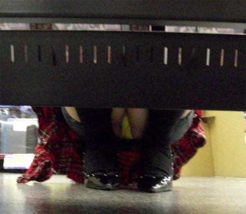 【画像】ビデオ店の棚下から素人ギャルのパンチラ盗撮した結果www 35枚 No.16