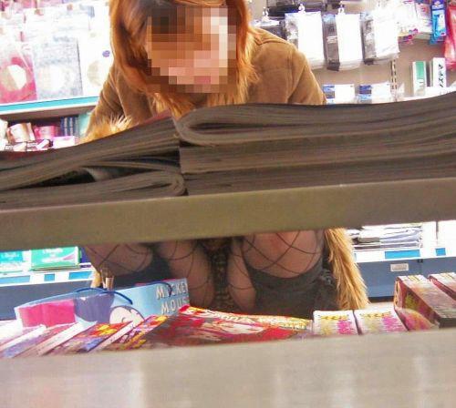 【画像】ビデオ店の棚下から素人ギャルのパンチラ盗撮した結果www 35枚 No.18