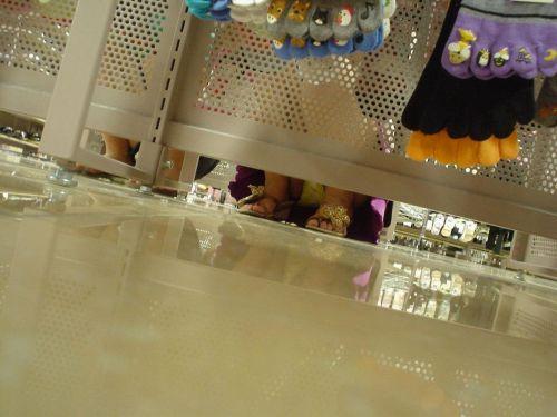 【画像】ビデオ店の棚下から素人ギャルのパンチラ盗撮した結果www 35枚 No.21