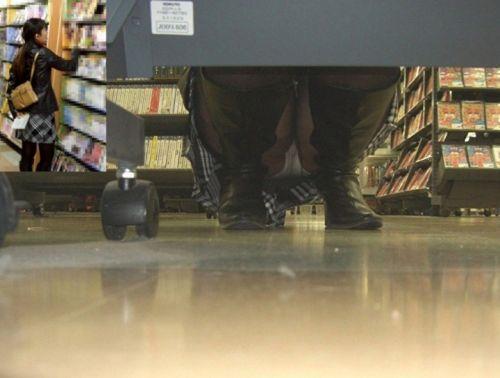 【画像】ビデオ店の棚下から素人ギャルのパンチラ盗撮した結果www 35枚 No.27