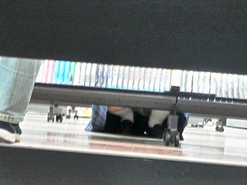 【画像】ビデオ店の棚下から素人ギャルのパンチラ盗撮した結果www 35枚 No.28