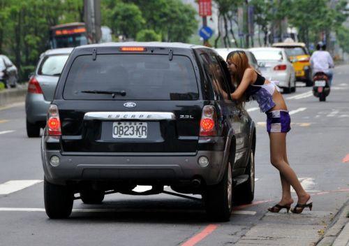 【画像】台湾のビンロウ売り少女が車に売りに来る格好がエロ過ぎるwww 32枚 No.2