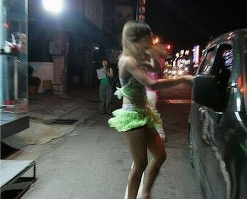 【画像】台湾のビンロウ売り少女が車に売りに来る格好がエロ過ぎるwww 32枚 No.4
