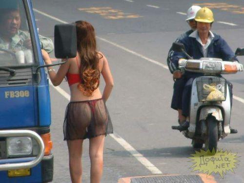 【画像】台湾のビンロウ売り少女が車に売りに来る格好がエロ過ぎるwww 32枚 No.11