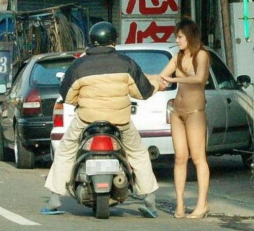 【画像】台湾のビンロウ売り少女が車に売りに来る格好がエロ過ぎるwww 32枚 No.13