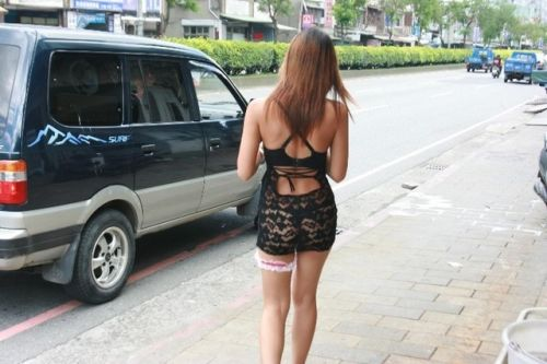 【画像】台湾のビンロウ売り少女が車に売りに来る格好がエロ過ぎるwww 32枚 No.15