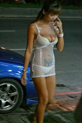 【画像】台湾のビンロウ売り少女が車に売りに来る格好がエロ過ぎるwww 32枚 No.24