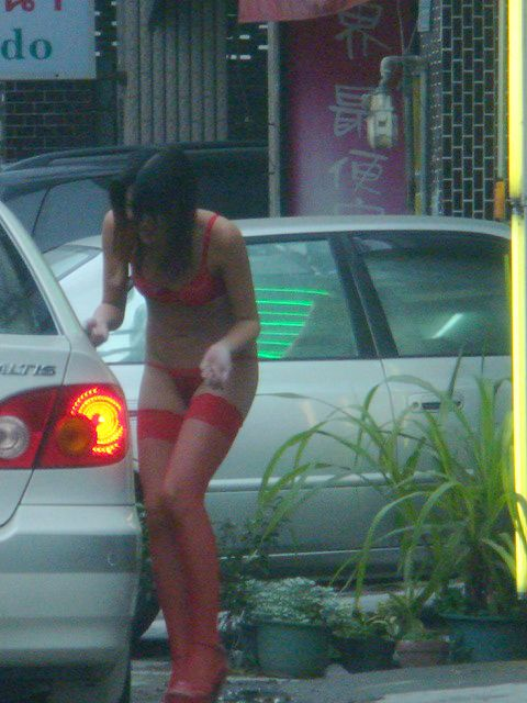【画像】台湾のビンロウ売り少女が車に売りに来る格好がエロ過ぎるwww 32枚 No.26