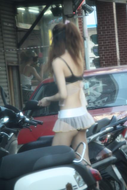 【画像】台湾のビンロウ売り少女が車に売りに来る格好がエロ過ぎるwww 32枚 No.27