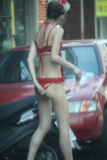 【画像】台湾のビンロウ売り少女が車に売りに来る格好がエロ過ぎるwww 32枚 No.29