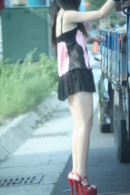 【画像】台湾のビンロウ売り少女が車に売りに来る格好がエロ過ぎるwww 32枚 No.30