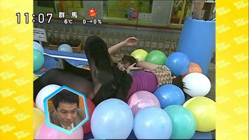 テレビで芸能人がリアクションで一瞬見えたお宝パンチラ画像集 34枚 No.21