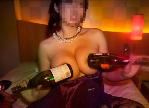 【エロ画像】酔ったら脱いじゃう系お姉さんのカラオケ露出風景wwww 37枚 No.31