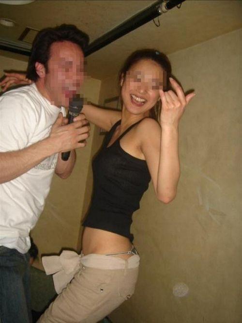 【エロ画像】酔ったら脱いじゃう系お姉さんのカラオケ露出風景wwww 37枚 No.34