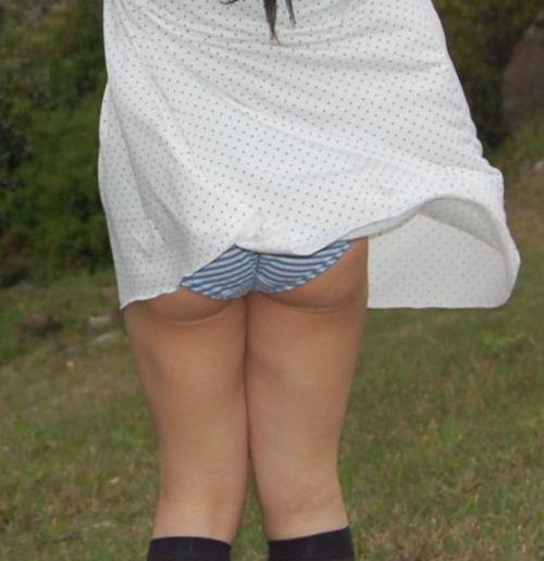 ラッキーパンチラ!風でめくれ上がるスカートがエッチな風チラ画像 34枚 No.4