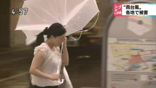 【画像】TV中継でJK達のずぶ濡れなスケブラやパンチラが映った件 37枚 No.26