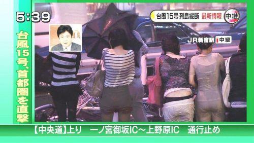 【画像】TV中継でJK達のずぶ濡れなスケブラやパンチラが映った件 37枚 No.36