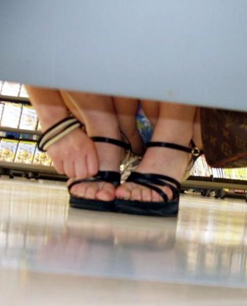 ミニスカギャルがお店で棚下パンチラを盗撮された画像がこちら! 31枚 No.6
