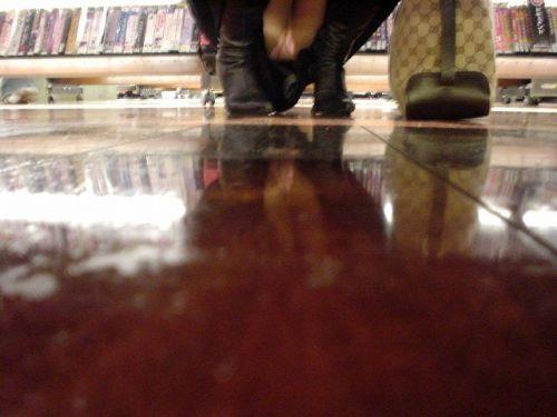 ミニスカギャルがお店で棚下パンチラを盗撮された画像がこちら! 31枚 No.19