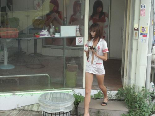【画像】台湾でビンロウを路上販売するギャル達の衣装がエロ過ぎるwww 43枚 No.2