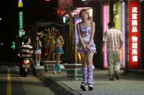 【画像】台湾でビンロウを路上販売するギャル達の衣装がエロ過ぎるwww 43枚 No.3